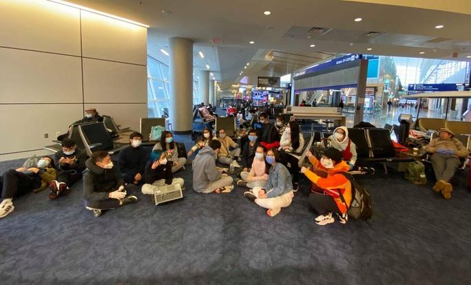 Gần 40 du học sinh Việt bị kẹt tại sân bay ở Mỹ - Ảnh 2.