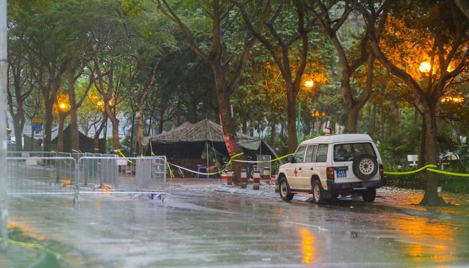 CLIP: Thân nhân đội mưa tiếp tế cho người trong khu cách ly vì Covid-19 - Ảnh 3.