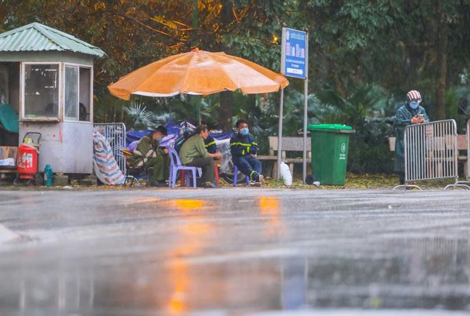 CLIP: Thân nhân đội mưa tiếp tế cho người trong khu cách ly vì Covid-19 - Ảnh 4.