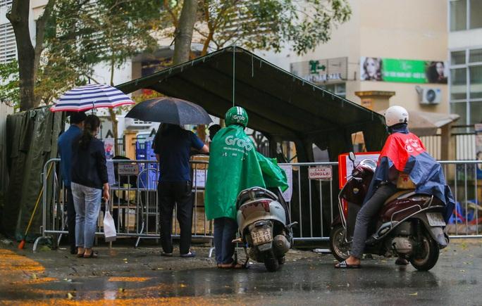CLIP: Thân nhân đội mưa tiếp tế cho người trong khu cách ly vì Covid-19 - Ảnh 13.