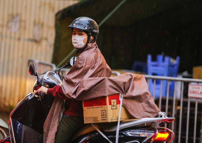 CLIP: Thân nhân đội mưa tiếp tế cho người trong khu cách ly vì Covid-19 - Ảnh 14.