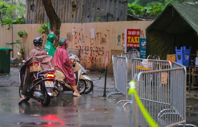 CLIP: Thân nhân đội mưa tiếp tế cho người trong khu cách ly vì Covid-19 - Ảnh 15.
