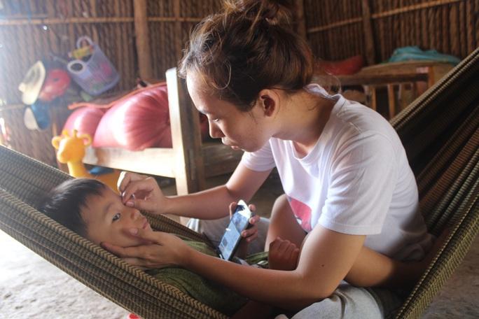 CLIP: Vợ chồng nghèo bất lực nhìn con trai 5 tuổi sắp mất luôn 2 mắt - Ảnh 7.