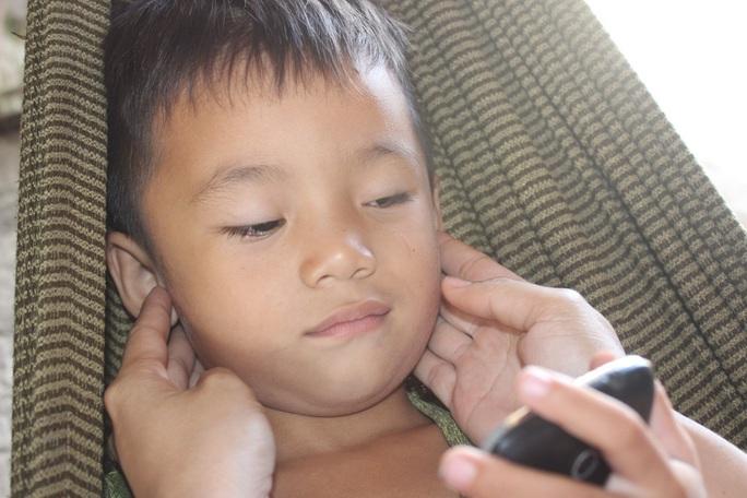 CLIP: Vợ chồng nghèo bất lực nhìn con trai 5 tuổi sắp mất luôn 2 mắt - Ảnh 6.