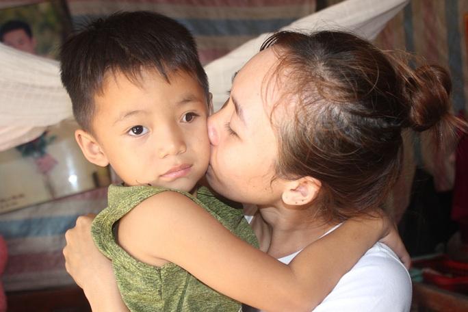 CLIP: Vợ chồng nghèo bất lực nhìn con trai 5 tuổi sắp mất luôn 2 mắt - Ảnh 5.
