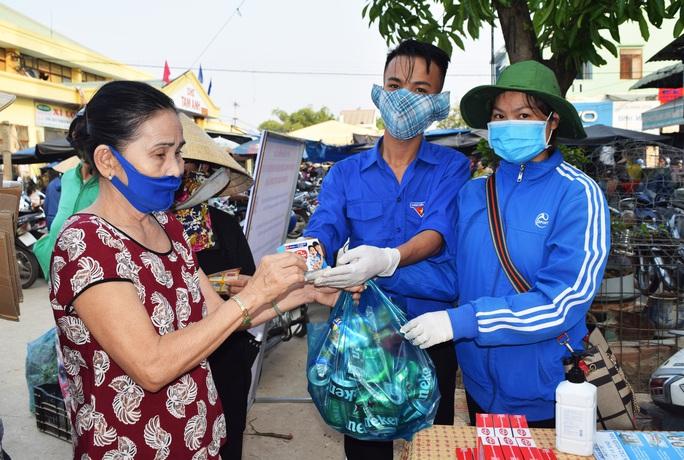 Người Quảng Nam đổi rác thải lấy đồ chống dịch Covid-19 - Ảnh 1.