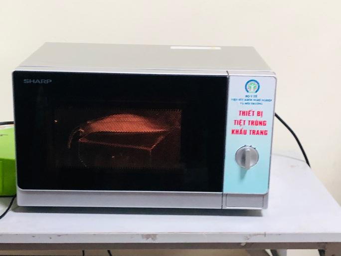 Chuyên gia hướng dẫn cách khử khuẩn khẩu trang bằng lò vi sóng - Ảnh 2.