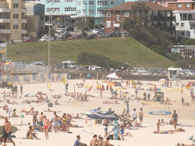 Covid-19: Những ca nhiễm mới từng tụ tập trên bãi biển Úc bất chấp cảnh báo - Ảnh 1.