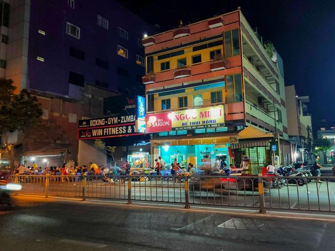 Sau giờ G, hàng quán trung tâm TP HCM đóng cửa, nhiều nơi khác vẫn tưng bừng - Ảnh 7.