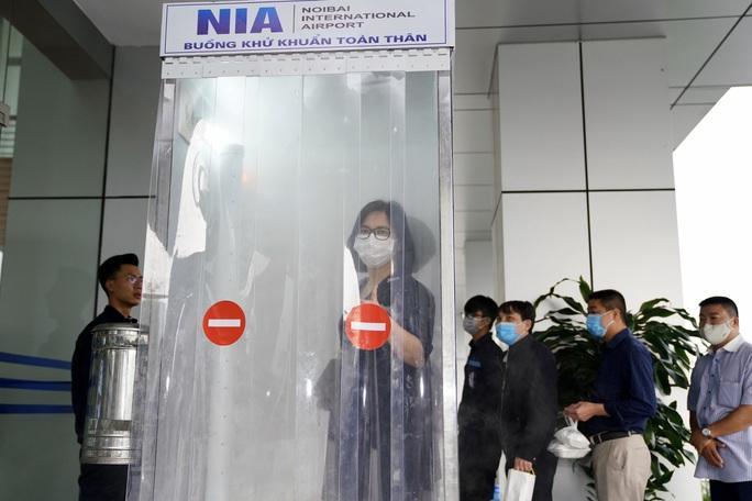 Sân bay Nội Bài thần tốc sản xuất buồng khử khuẩn toàn thân - Ảnh 1.