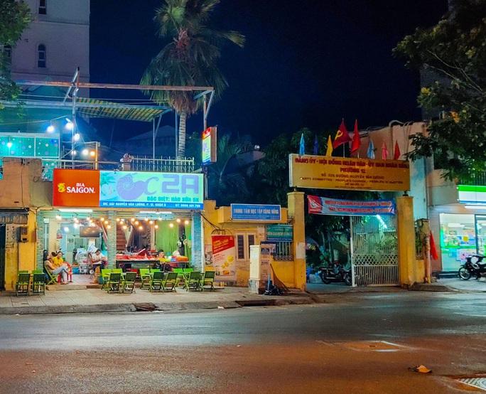 Sau giờ G, hàng quán trung tâm TP HCM đóng cửa, nhiều nơi khác vẫn tưng bừng - Ảnh 8.