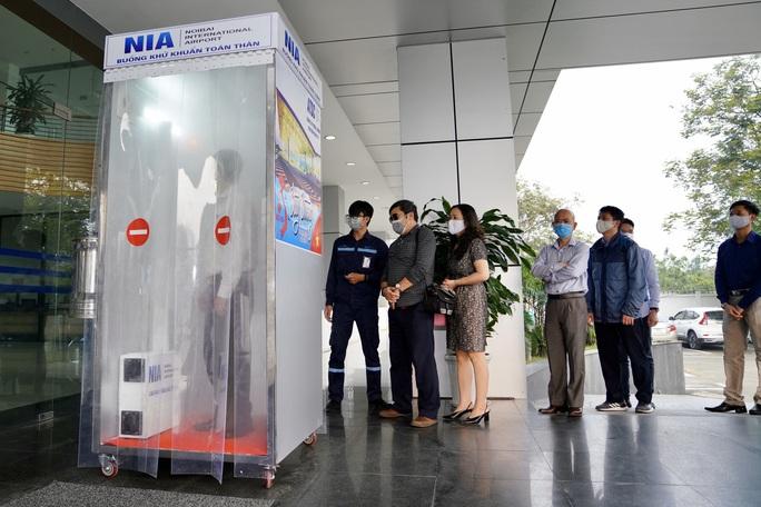 Sân bay Nội Bài thần tốc sản xuất buồng khử khuẩn toàn thân - Ảnh 5.