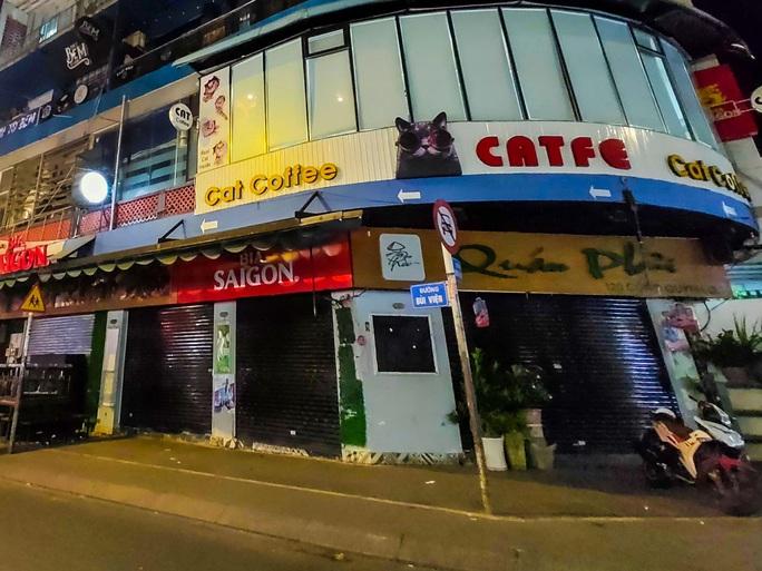Sau giờ G, hàng quán trung tâm TP HCM đóng cửa, nhiều nơi khác vẫn tưng bừng - Ảnh 3.