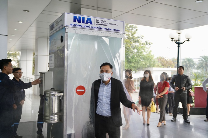 Sân bay Nội Bài thần tốc sản xuất buồng khử khuẩn toàn thân - Ảnh 6.