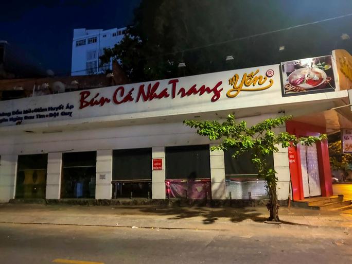 Sau giờ G, hàng quán trung tâm TP HCM đóng cửa, nhiều nơi khác vẫn tưng bừng - Ảnh 2.