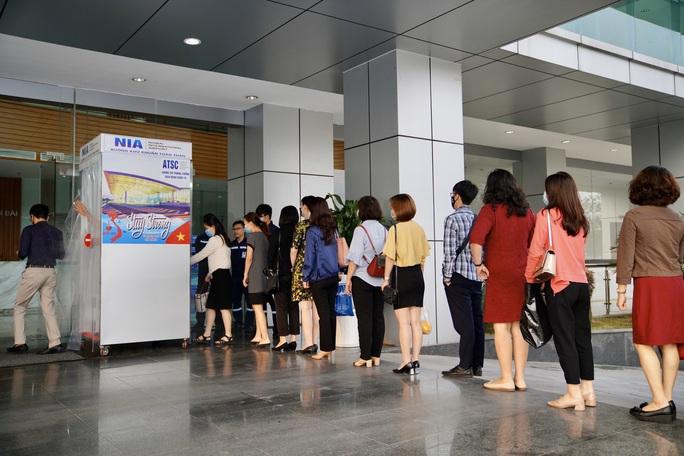 Sân bay Nội Bài thần tốc sản xuất buồng khử khuẩn toàn thân - Ảnh 3.