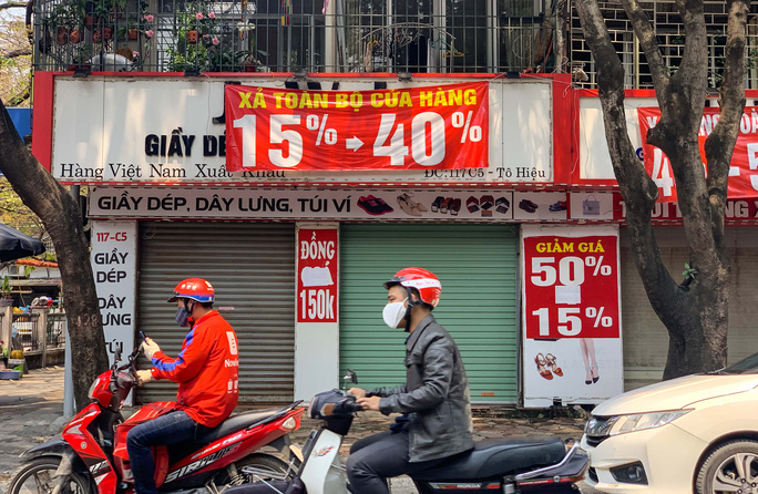 CLIP: Hàng loạt cửa hàng cửa đóng then cài để chống dịch Covid-19 - Ảnh 2.