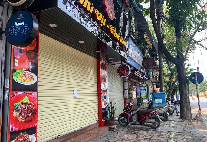 CLIP: Hàng loạt cửa hàng cửa đóng then cài để chống dịch Covid-19 - Ảnh 7.