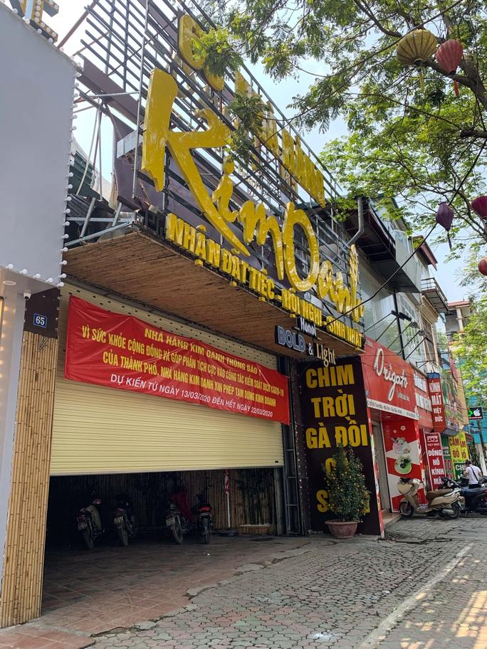 CLIP: Hàng loạt cửa hàng cửa đóng then cài để chống dịch Covid-19 - Ảnh 9.