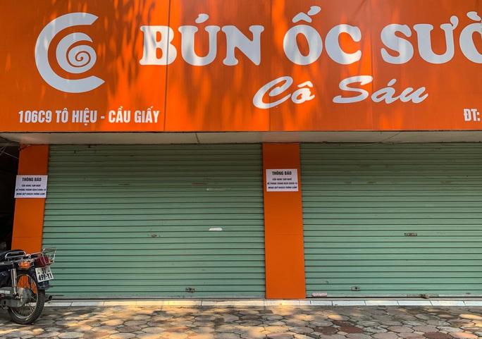 CLIP: Hàng loạt cửa hàng cửa đóng then cài để chống dịch Covid-19 - Ảnh 10.