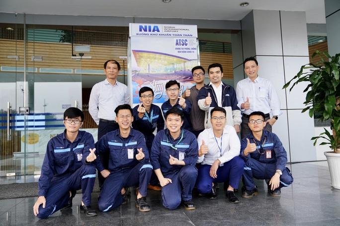Sân bay Nội Bài thần tốc sản xuất buồng khử khuẩn toàn thân - Ảnh 2.
