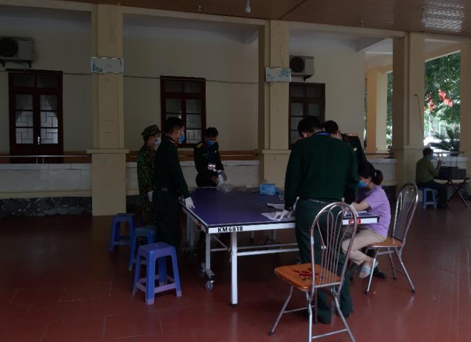 CLIP: Bên trong khu cách ly dịch Covid-19 của hơn 400 người trở về từ Lào, Thái Lan - Ảnh 7.