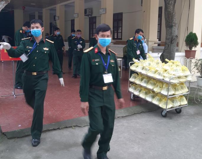 CLIP: Bên trong khu cách ly dịch Covid-19 của hơn 400 người trở về từ Lào, Thái Lan - Ảnh 8.