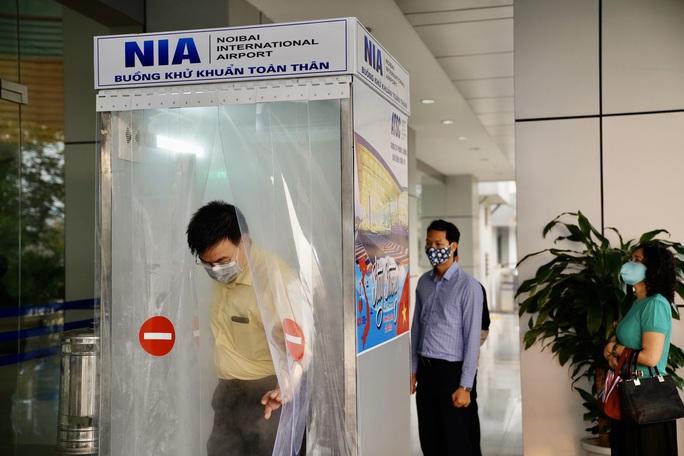 Sân bay Nội Bài thần tốc sản xuất buồng khử khuẩn toàn thân - Ảnh 7.