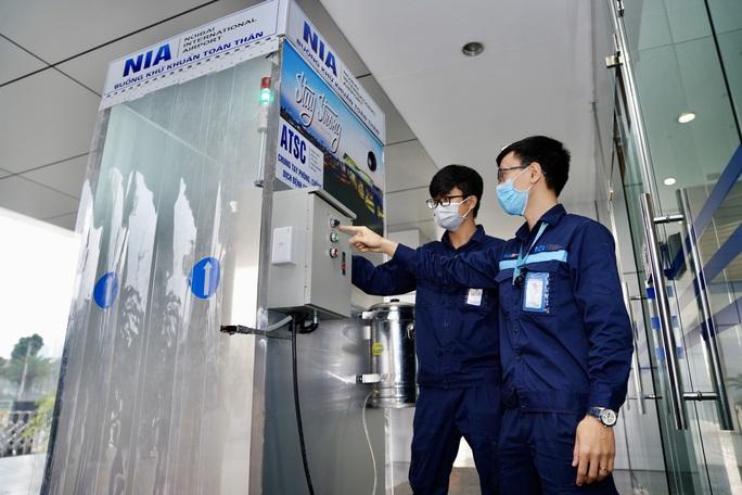 Sân bay Nội Bài thần tốc sản xuất buồng khử khuẩn toàn thân - Ảnh 4.
