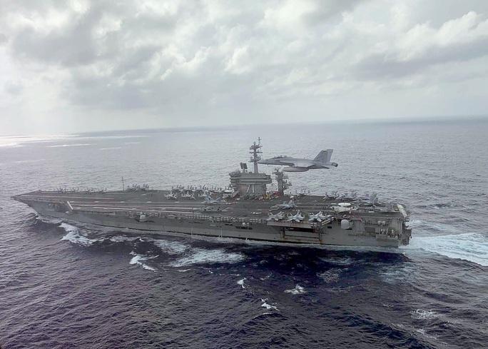 Covid-19 tấn công tàu chiến sân bay của Mỹ vừa đến thăm Việt Nam 15 ngày trước - Ảnh 1.