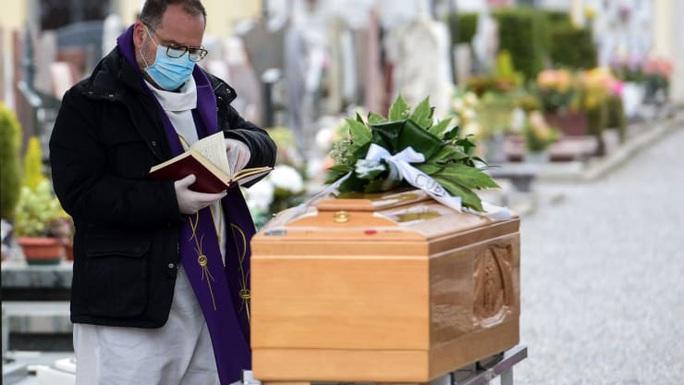 Covid-19: Linh mục tử vong vì nhường mặt nạ phòng độc - Ảnh 2.