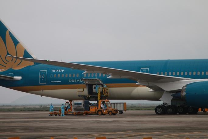 Hôm nay 25-3, gần 750 người Việt Nam từ nước ngoài về sân bay Nội Bài và Vân Đồn - Ảnh 1.