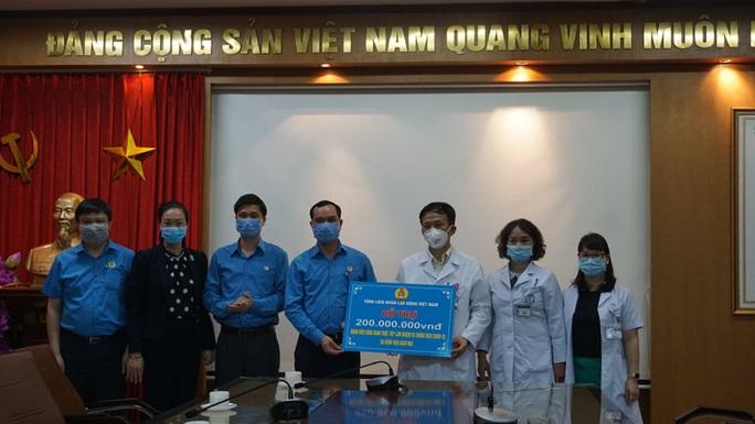 Tổng LĐLĐ Việt Nam trao 2 tỉ đồng cho các đơn vị tham gia chống đại dịch Covid-19 - Ảnh 5.