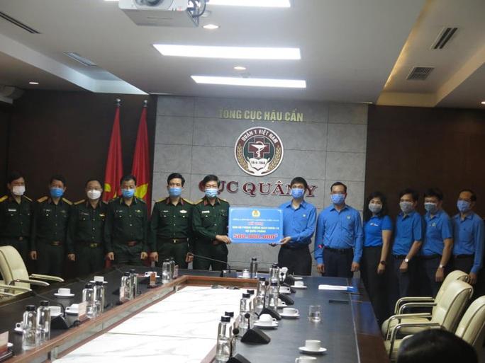 Tổng LĐLĐ Việt Nam trao 2 tỉ đồng cho các đơn vị tham gia chống đại dịch Covid-19 - Ảnh 2.