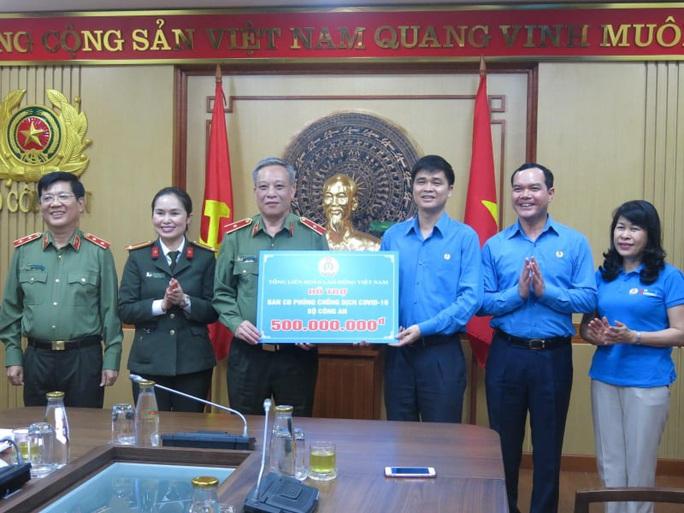 Tổng LĐLĐ Việt Nam trao 2 tỉ đồng cho các đơn vị tham gia chống đại dịch Covid-19 - Ảnh 1.