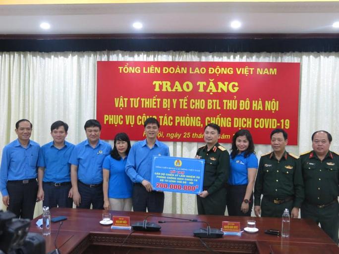 Tổng LĐLĐ Việt Nam trao 2 tỉ đồng cho các đơn vị tham gia chống đại dịch Covid-19 - Ảnh 3.