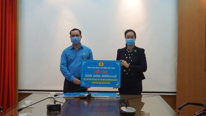 Tổng LĐLĐ Việt Nam trao 2 tỉ đồng cho các đơn vị tham gia chống đại dịch Covid-19 - Ảnh 4.