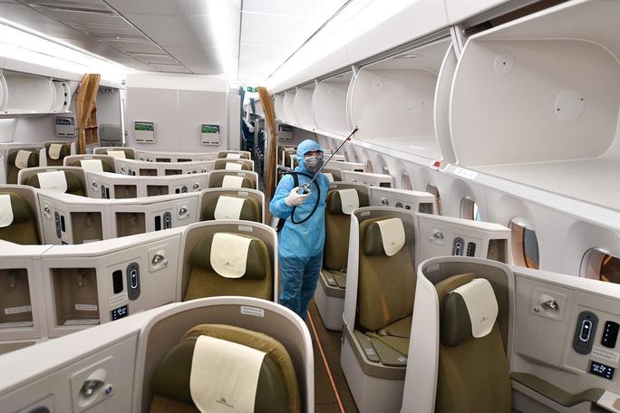 CLIP: Vietnam Airlines là hãng duy nhất phun khử trùng toàn bộ đội máy bay khai thác trong ngày - Ảnh 5.
