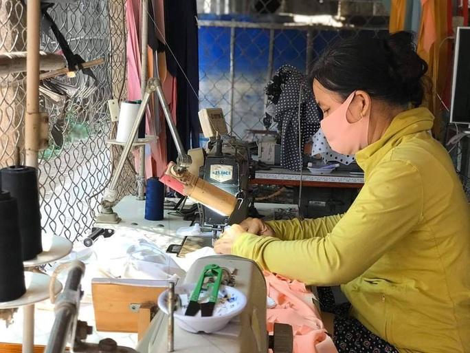 Các chị em phụ nữ quyết định gác việc làm ăn để may khẩu trang vải phòng, chống dịch Covid-19