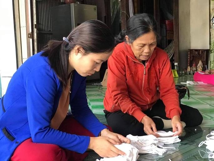 Sau khi hoàn tất, khẩu trang vải sẽ được cấp phát ngay cho người dân trong khu vực
