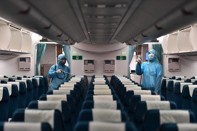 CLIP: Vietnam Airlines là hãng duy nhất phun khử trùng toàn bộ đội máy bay khai thác trong ngày - Ảnh 7.