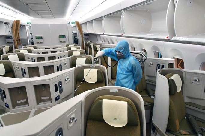CLIP: Vietnam Airlines là hãng duy nhất phun khử trùng toàn bộ đội máy bay khai thác trong ngày - Ảnh 9.