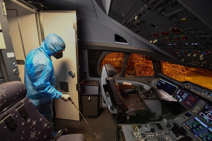 CLIP: Vietnam Airlines là hãng duy nhất phun khử trùng toàn bộ đội máy bay khai thác trong ngày - Ảnh 10.