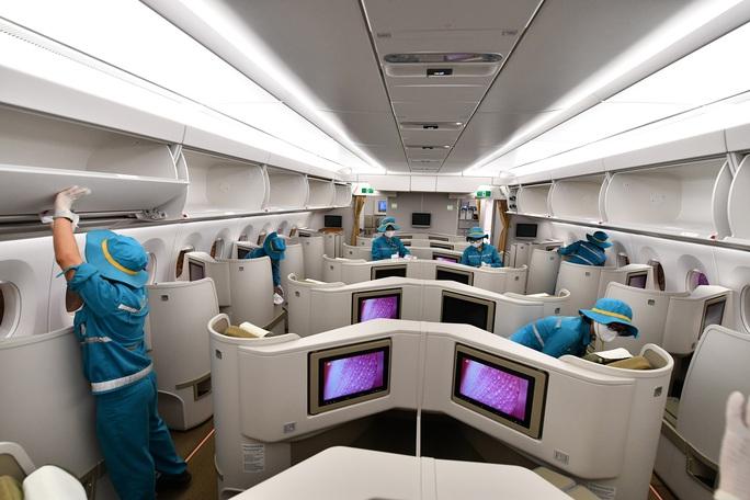 CLIP: Vietnam Airlines là hãng duy nhất phun khử trùng toàn bộ đội máy bay khai thác trong ngày - Ảnh 14.