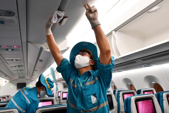 CLIP: Vietnam Airlines là hãng duy nhất phun khử trùng toàn bộ đội máy bay khai thác trong ngày - Ảnh 17.