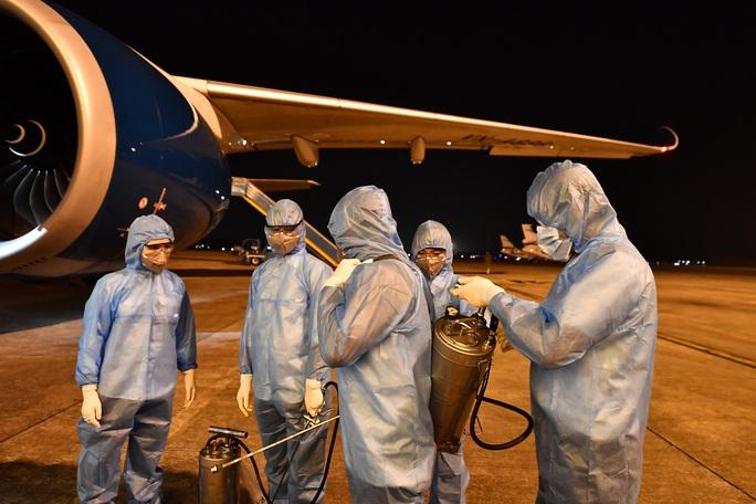 CLIP: Vietnam Airlines là hãng duy nhất phun khử trùng toàn bộ đội máy bay khai thác trong ngày - Ảnh 4.