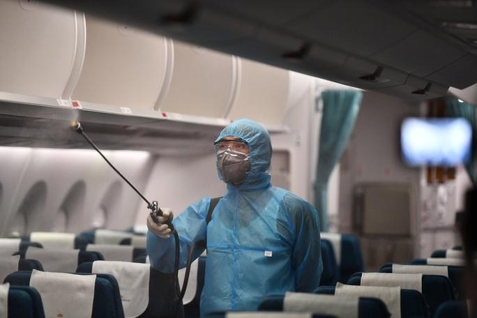CLIP: Vietnam Airlines là hãng duy nhất phun khử trùng toàn bộ máy bay khai thác trong ngày - Ảnh 8.