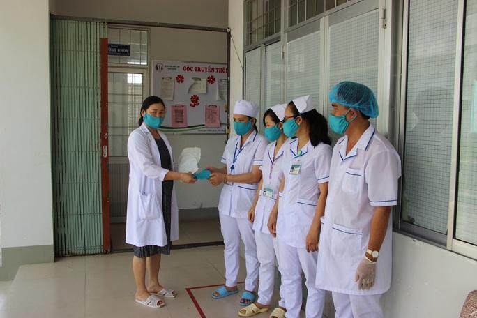 Phát cho nhân viên bệnh viện