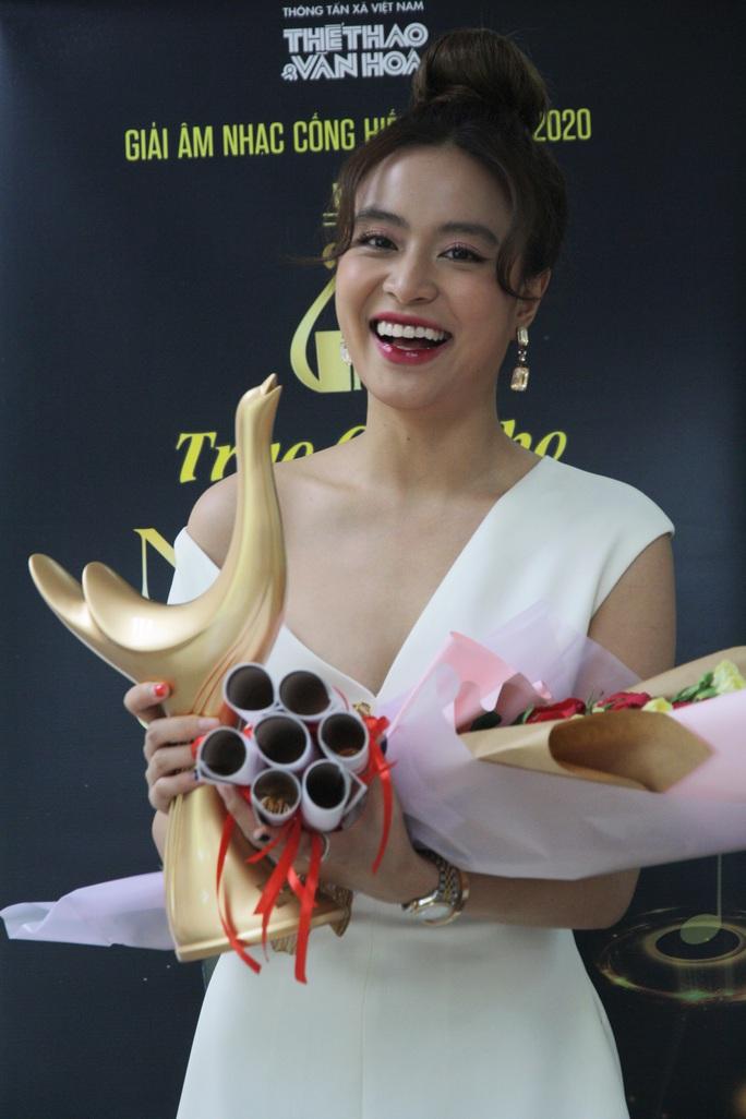 Hoàng Thùy Linh thắng poker tại giải Cống hiến - Ảnh 1.