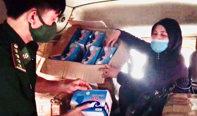 Lợi dụng Covid-19 bùng phát ở Lào, tuồn gần 21.700 khẩu trang y tế qua... bán kiếm lời - Ảnh 1.